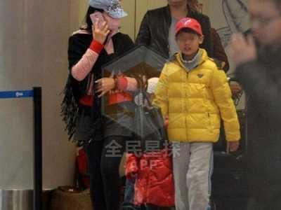 身穿黄色外套现身机场 宋祖英有孩子吗