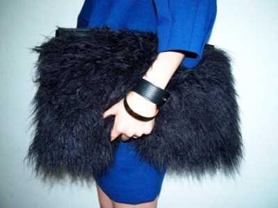 你手上抱着的是狗还是包包 运动时用的手拿包