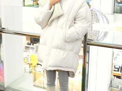 冬季穿衣搭配技巧示范 韩版运动鞋搭配黑色羽绒服图片