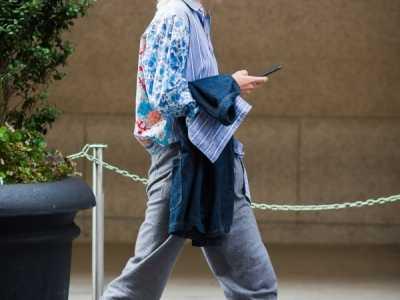 灰色运动裤配什幺上衣女配什幺鞋 浅灰色女生运动套装