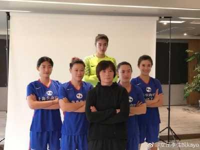 上海女足拍写真 李佳悦