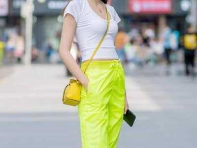 一件白色短袖配运动裤 夏季开叉运动裤搭配女